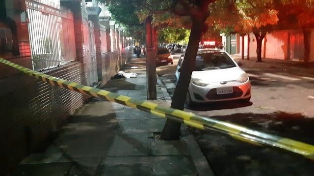 Estudante de Nutrição é morto na calçada de faculdade no Centro de Fortaleza