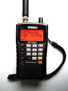 Częstotliwości lotnicze. Skaner radiowy Uniden 125 XLT pozwala na nasłuch pasma lotniczego.