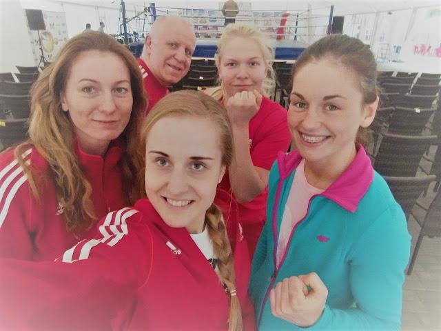 Kinga Szlachcic razem z Trenerm i Reprezentatkami Kadry Narodowej Seniorek w Boksie na MTB w Grodnie (Białoruś) 2017 r.