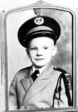 neil armstrong in astronaut uniform - photo #34