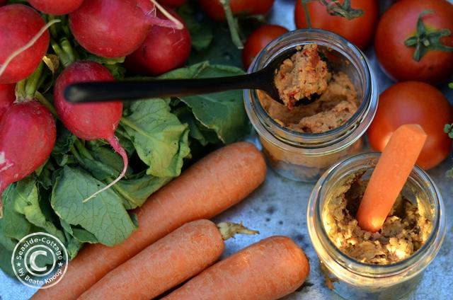 Hummus mit Tomaten und Chili mit Trockenpflaumen und Lakritz