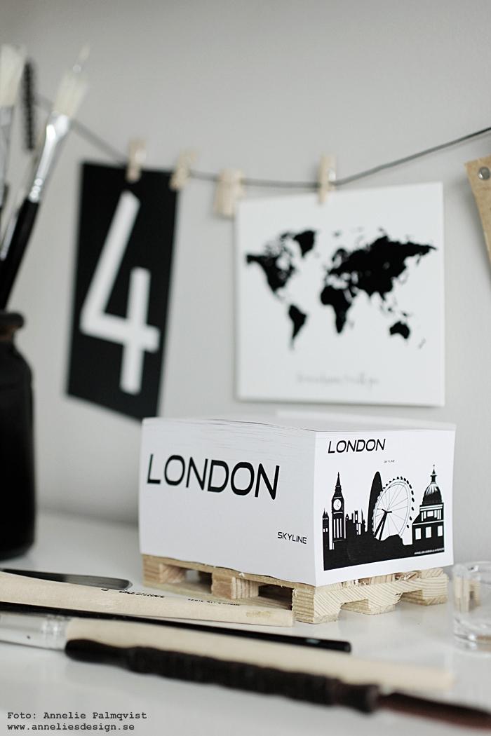 memoblock på lastpall, lastpallar, minilastpall, block, london, vykort, världskata med text, världskartor, nummer, siffror, svart och vitt, svartvit, svartvita, diy, pensel, penslar, annelies design, inredning, hemmakontor, kontor, kontorsdetaljer, hylla, träklämma, träklämmor, hänga upp vykort eller små bilder, clips,