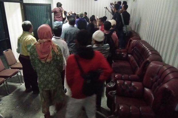 Menghina Tokoh Agama, Anggota DPRD Karawang Dihajar Massa