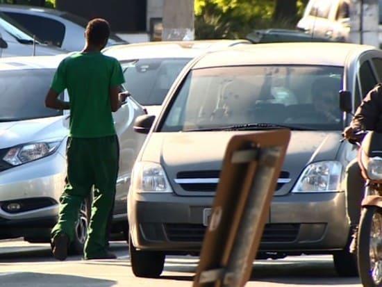 Vereador quer multar morador de rua que pedir dinheiro em semáforo, em BC