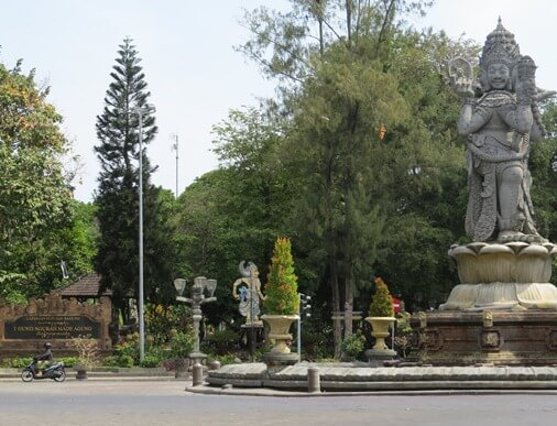 The Catur Muka is a depiction of the God Brahma which has 4 heads together with 4 hands BaliBeaches: Catur Muka Statue Denpasar Bali