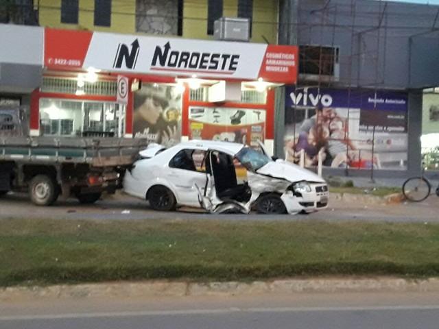 Dois veículos se envolvem em acidente e vítima fica presa às ferragens em Ji-Paraná