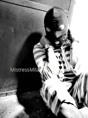 sessione bdsm schiavo prigioniero detenuto davanti alla sua cella