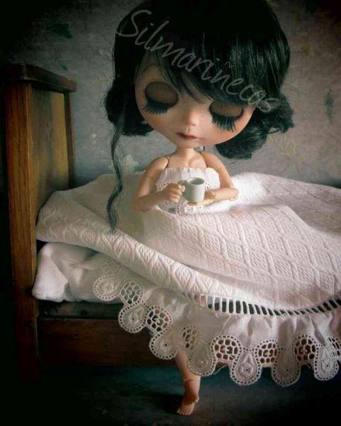 Caty Blythe desayunando en la cama de la Desembalaje
