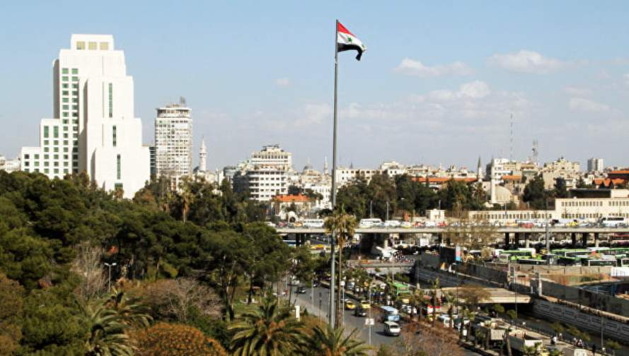 Bendera Suriah dikibarkan di pos pemeriksaan Quneitra di Dataran Tinggi Golan