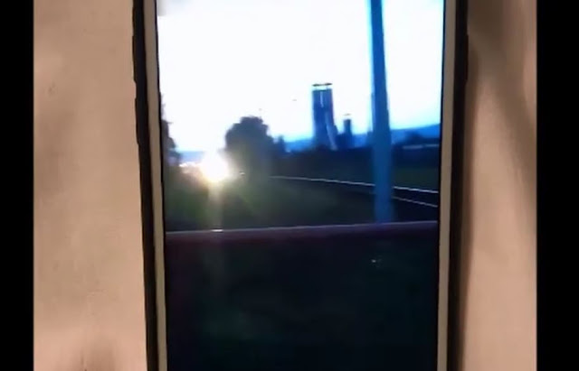 Nastolatki dla rozrywki przebiegały przez torowisko tuż przed nadjeżdżającym pociągiem