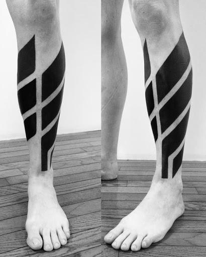 Alguns estrategicamente colocados apaguei-as formas geométricas adornam o utente shin neste esteticamente atraente tatuagem.