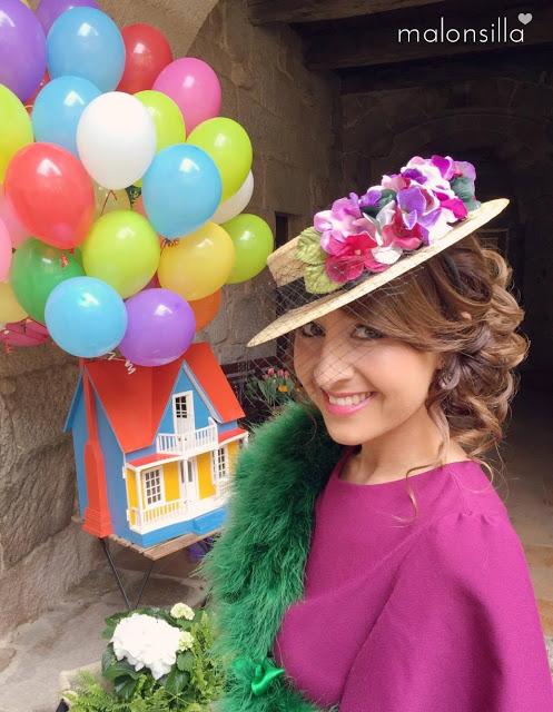 Silvia con look para boda en color berenjena, estola verde botella y canotier de flores de copa baja by malonsilla