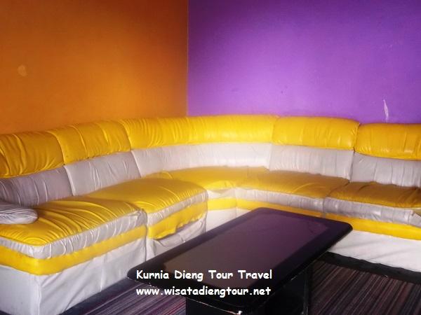 kursi ruang santai flamboyan homestay dieng