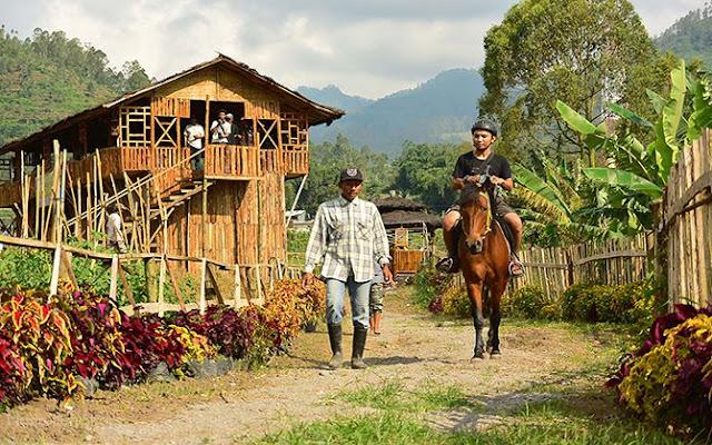 Menaiki kuda keliling trek di desa wisata Pujon Kidul