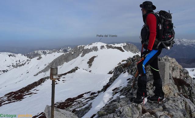 Una mirada hacia la Peña del Viento en la cima de la Rapaina