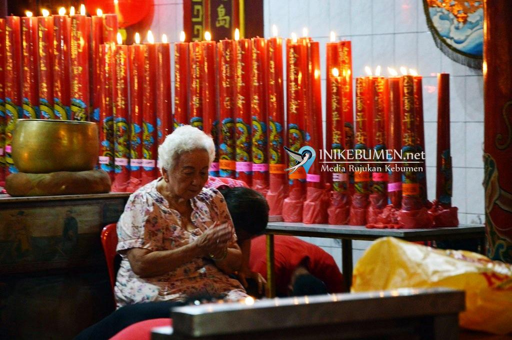Sambut Imlek, Warga Tionghoa Kebumen Sembahyang di Klenteng Kong Hwie Kiong