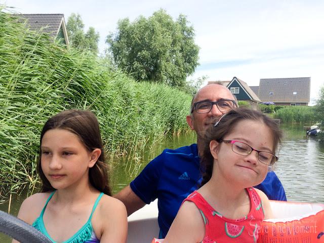 Familie im Boot LouForYou am Steuer
