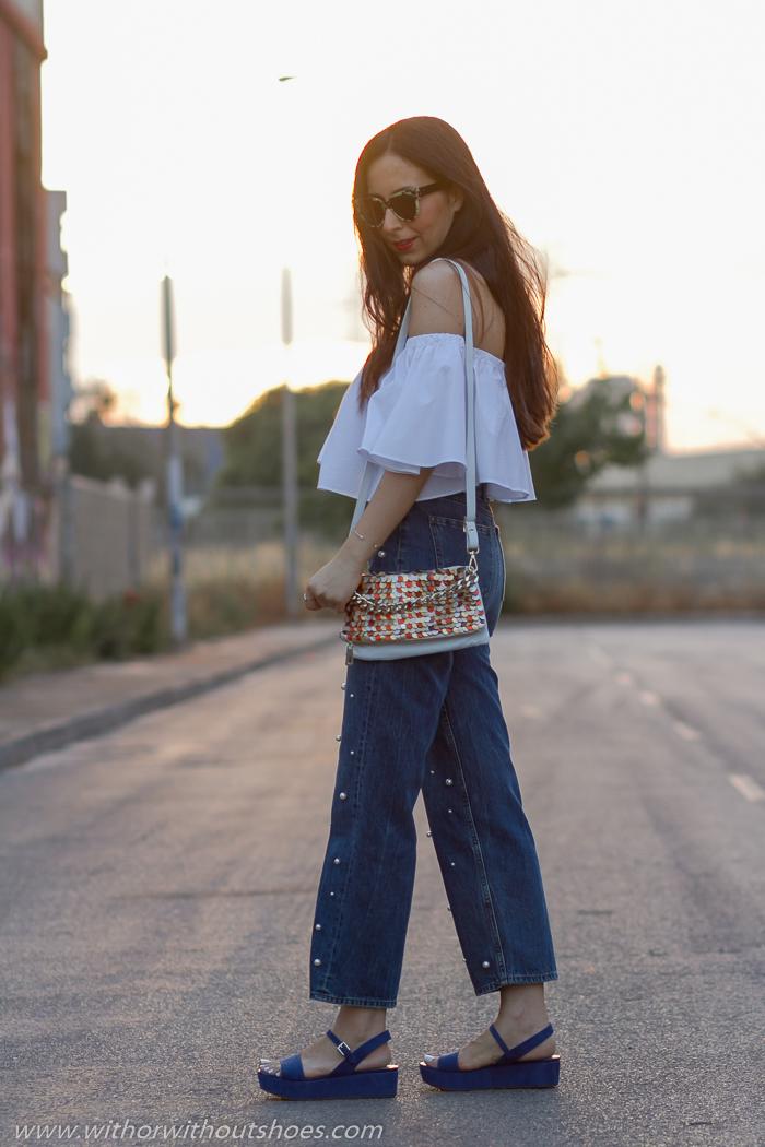 blogger_instagramer_influencer_con_pantalones_vaqueros_perlas_zara_top_hombros_descubierto