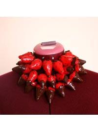 Delphine R2M-La Fille du Consul : Collier de fraises au chocolat - Exposition « d'Inspiration Jérôme Bosch », Galerie de la Marraine