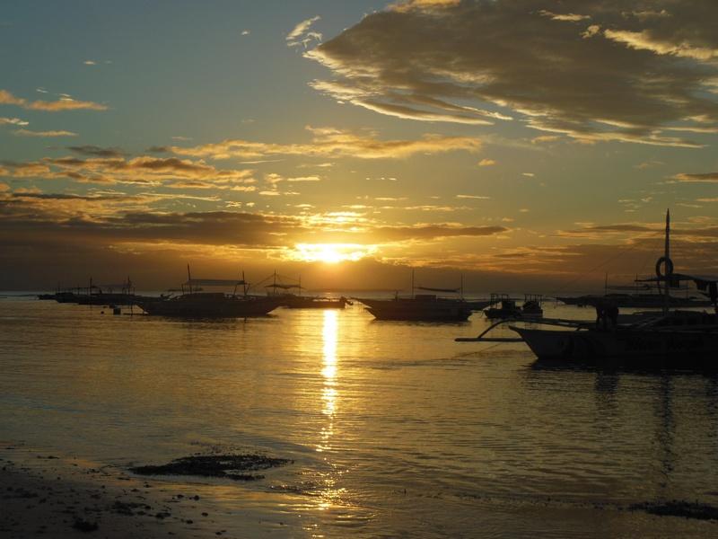 BOHOL : Lever de soleil sur Alona Beach / Philippines : 3 jours à BOHOL / www.by-laura.fr