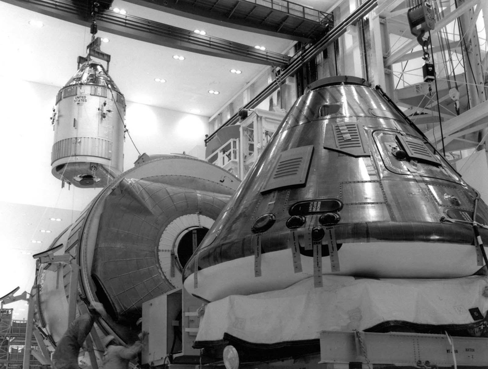 O módulo de comando e o módulo de serviço da missão Apollo 11 são movidos para o stand de trabalho em 1 de abril de 1969, em preparação para o primeiro pouso lunar tripulado.