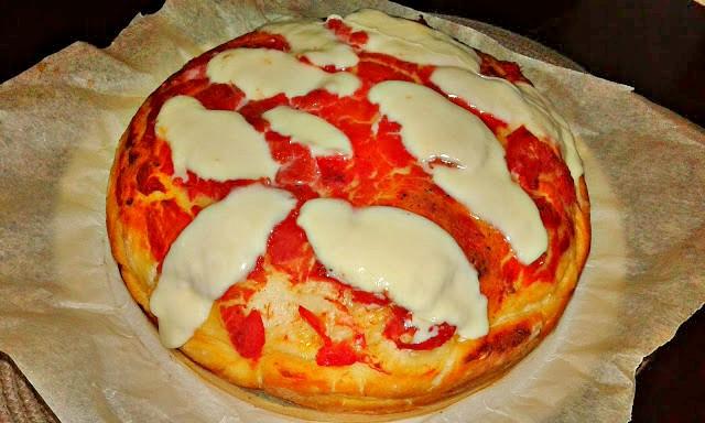 піца з начинкою з помідорами, соусом,шинкою і сиром моцарелла
