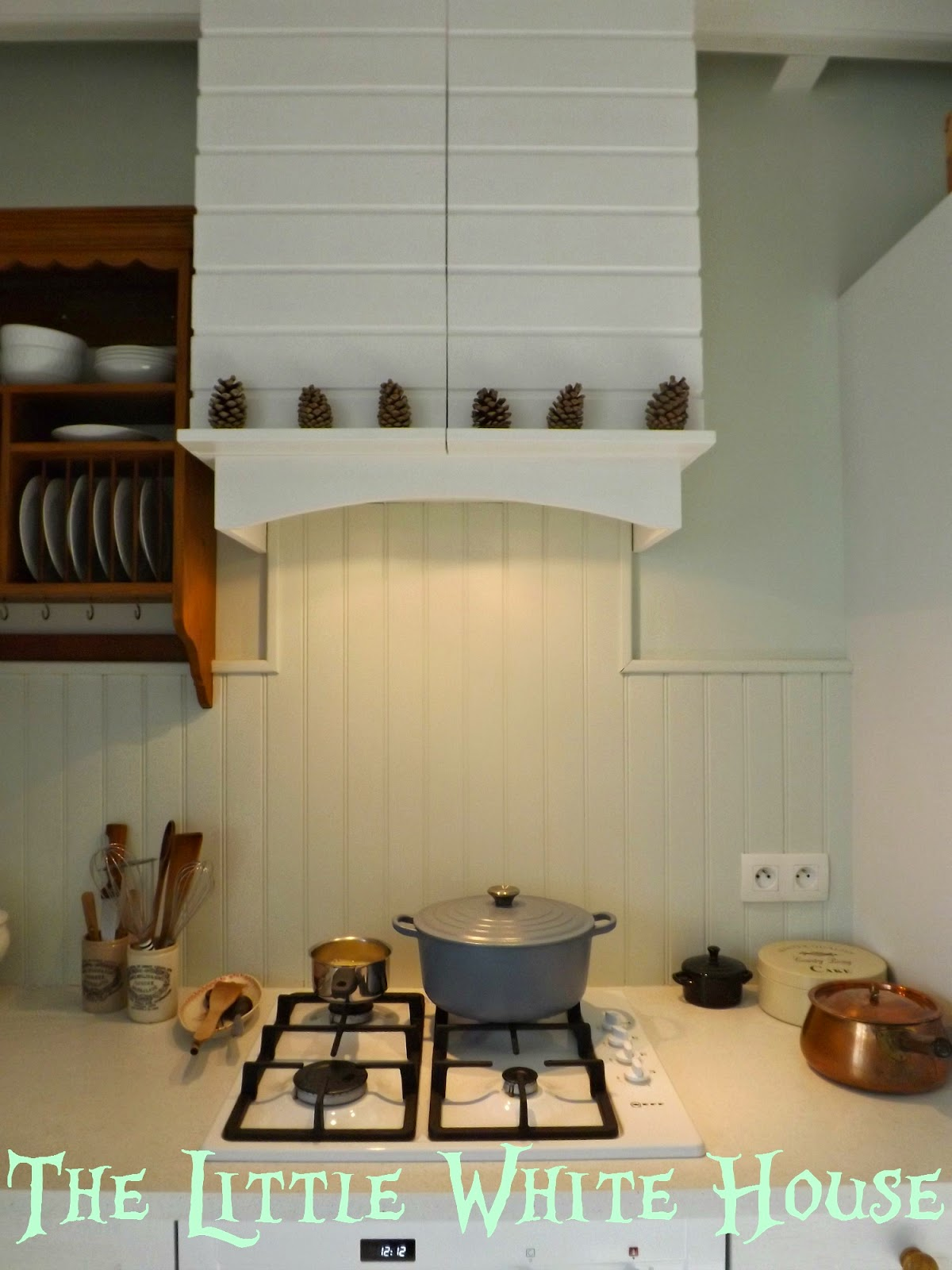 http://thelittlewhitehouseontheseaside.blogspot.fr/2014/10/little-white-kitchen-hood.html