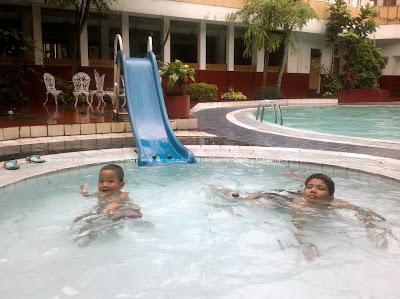 Kolam Renang Hotel Ririn