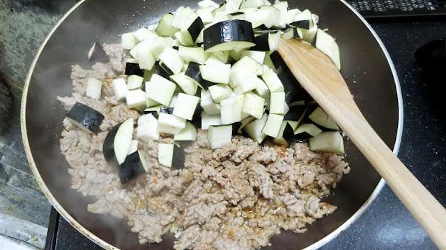 ひき肉となすを炒める