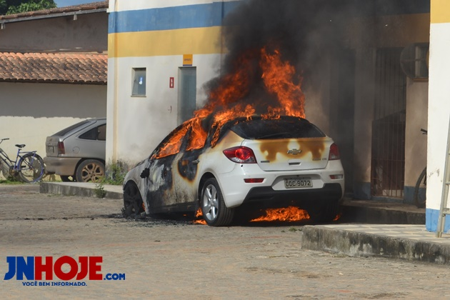 Carro pega fogo próximo a posto de combustíveis