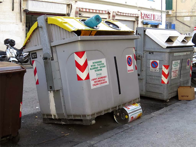 Dumpster resting on a tin can, via Maggi, Livorno