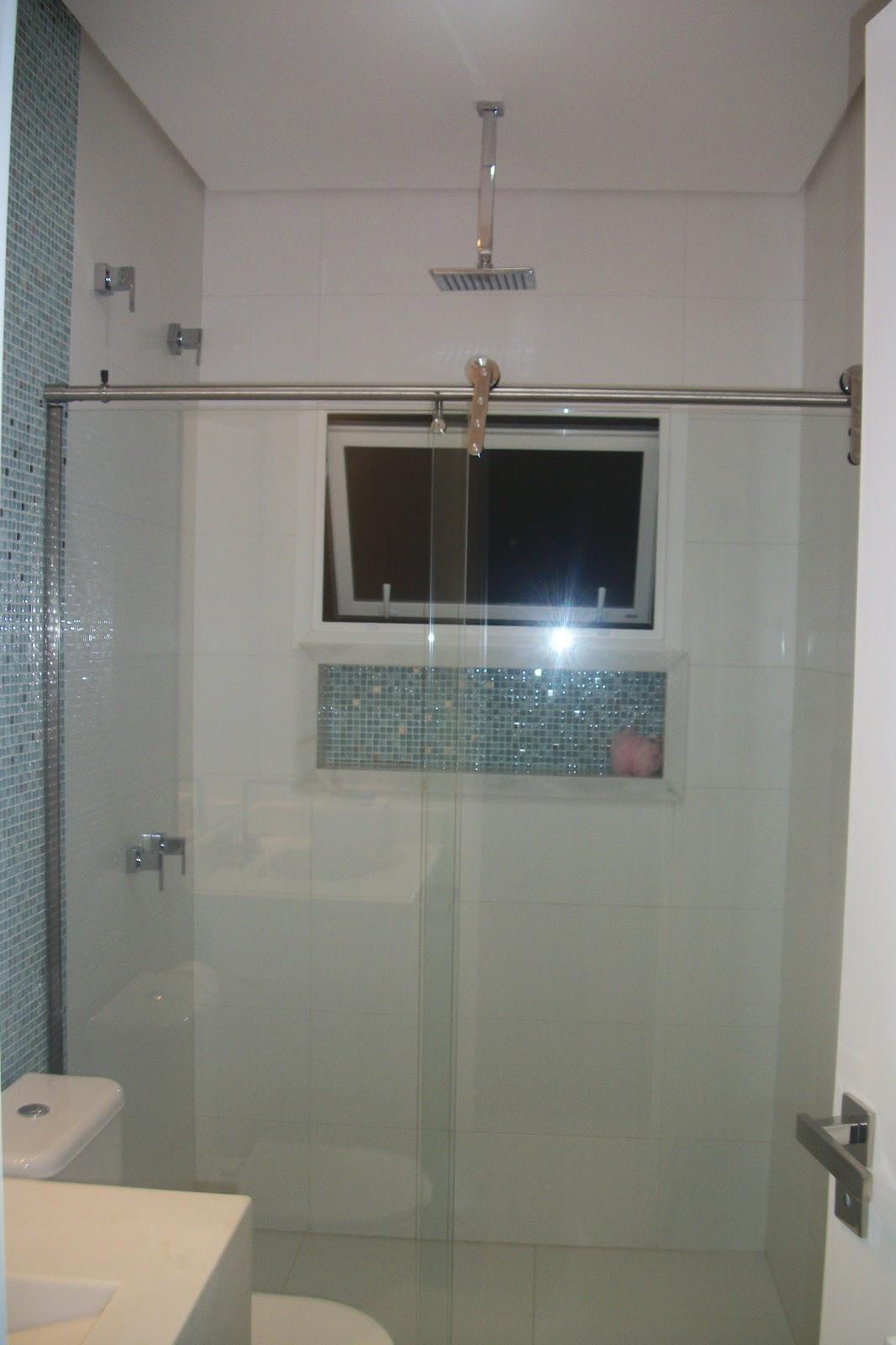diferencial é o chuveiro de teto que tembém moderniza o ambiente #81694A 1066x1600 Banheiro Azulejo Ate O Teto