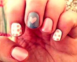 Foto de uñas con diseño para una mujer enamorada