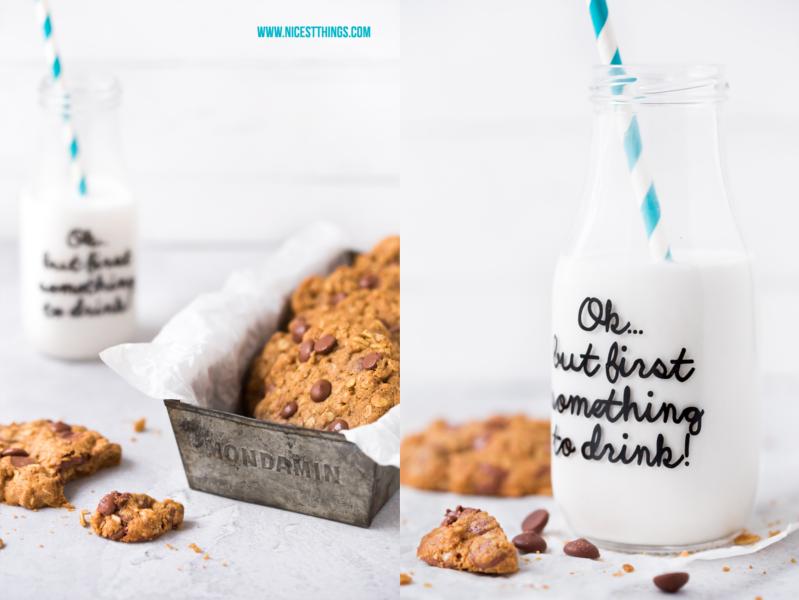 Cookies und Milchflasche mit Print