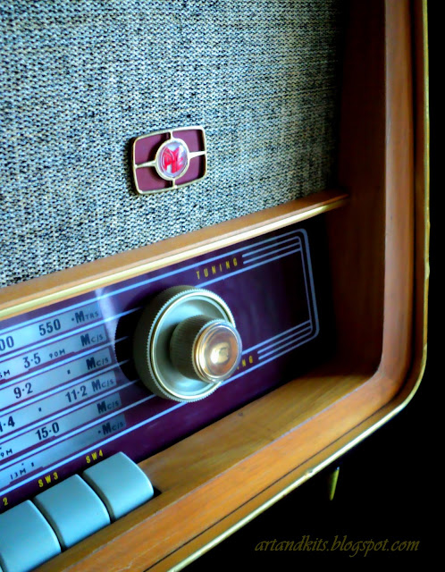 Contextualizando, a minha imagem... com uma rádio, de outros tempos... aqui fica a minha sugestão musical, também com uma música, de um outro tempo...  / Contextualizing my image, of a radio from other times... here it stays my musical suggestion, with a music, also from another time...
