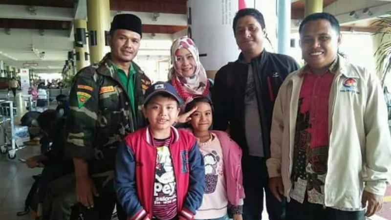 dr Fiera Lovita dan kedua anaknya tiba di Bandara Soekarno Hatta