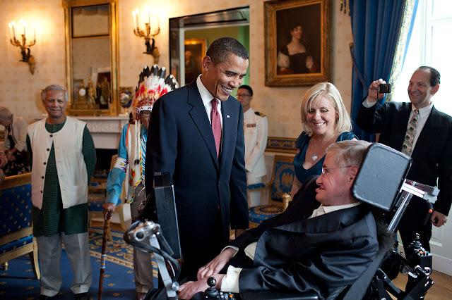 Tổng thống Hoa Kỳ Barack Obama nói chuyện với Stephen Hawking tại Tòa Bạch Ốc trước buổi lễ trao Huy chương Tự do vào ngày 12 tháng 8 năm 2009. Huy chương này là giải thưởng danh giá nhất của đối với người dân Mỹ. Bên phải là con gái của ông, bà Lucy Hawking. Hình ảnh: Pete Souza.