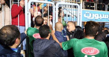 أحداث مؤسفة عقب إنتهاء لقاء الزمالك والشرقية في الدوري العام , جماهير الشرقية تصب غضبها على لاعبي الشرقية