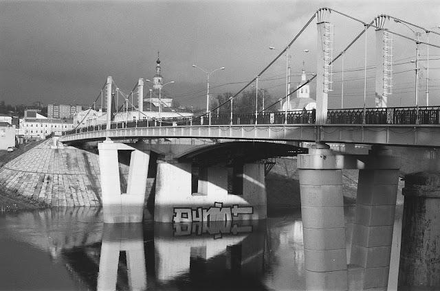 Фотография Смоленска. Вид на пешеходный мост через Днепр