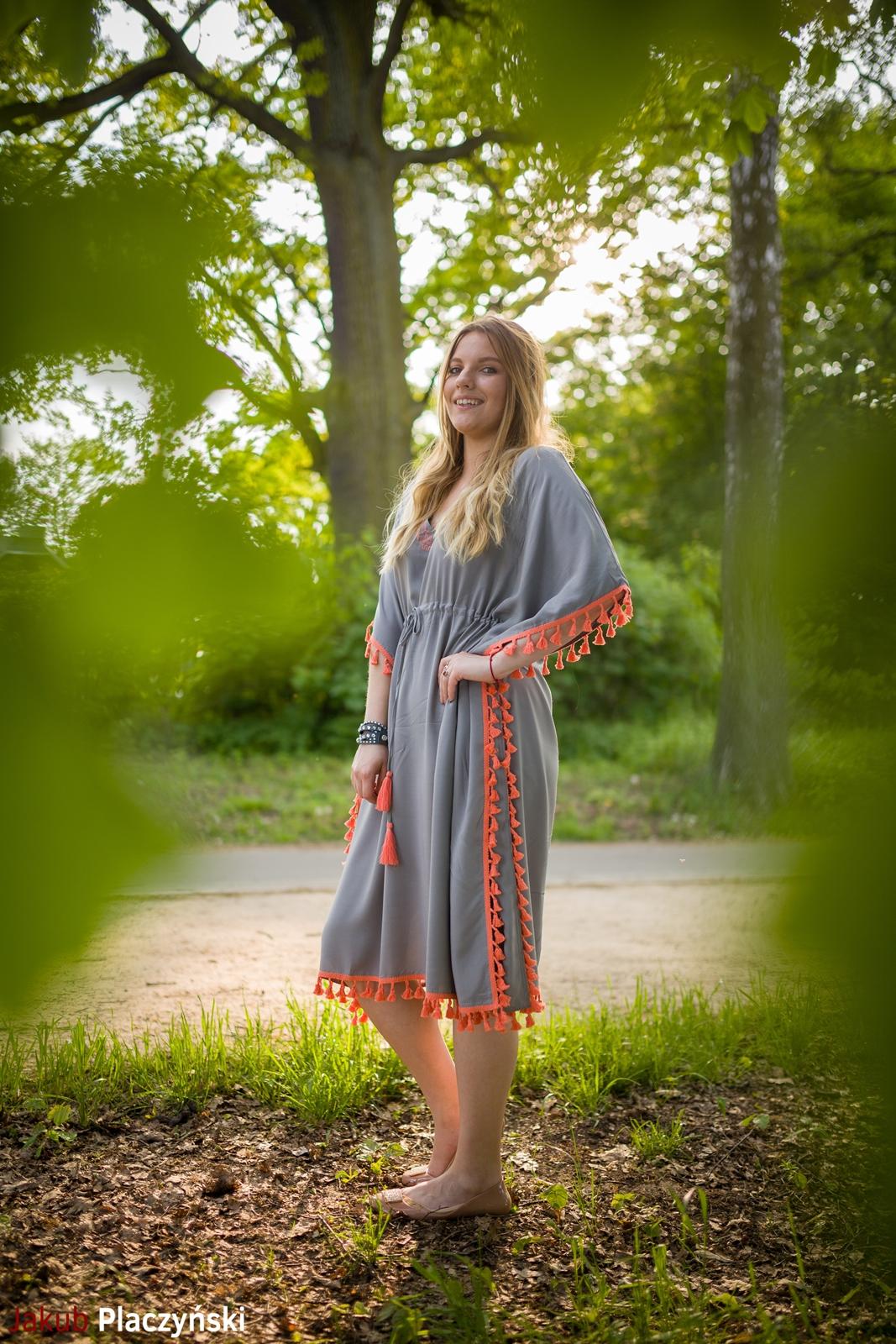11 sukienka szara z frędzlami maxi na lato bonprix sukienki na wakacje bizuteria piotrowski kryształy svarowskiego letnia stylizacja melodylaniella sukienka dla wysokiej dziewczyny fashion moda