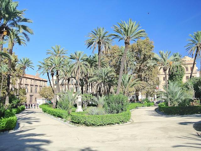 Park koło katedry w Palermo, Sycylia, Włochy
