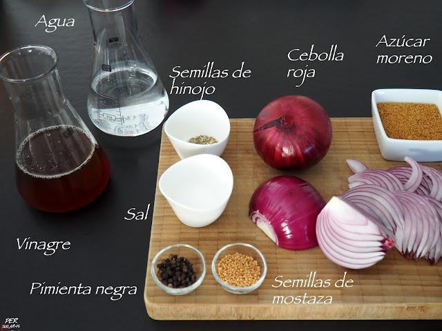 Cebollas rojas encurtidas en una salmuera agridulce de vinagre y especias