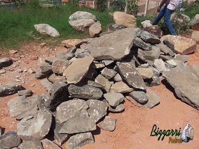 Pedra moledo para construção de caminhos de pedra no jardim.