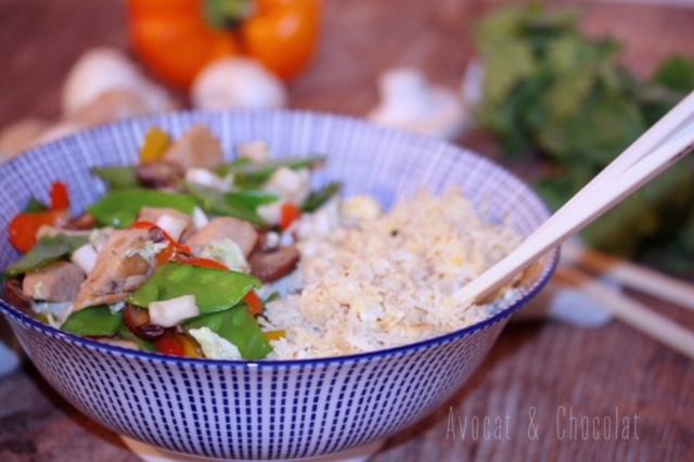 """alt=""""sauté de poulet ail et miel et son riz de chou-fleur frit dans un bol asiatque bleu et blanc"""""""
