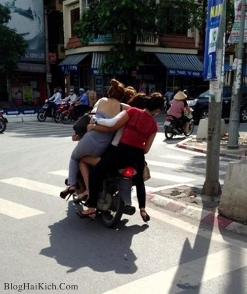 4 cô gái đi trên 1 chiếc xe ở Việt Nam
