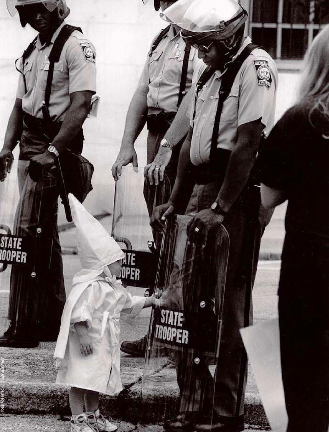 The Wall - Page 8 A+KKK+child+and+a+black+State+Trooper+meet+each+other,+1992+2
