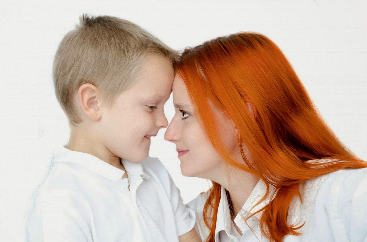 Mutter wendet sich Kind liebevoll zu