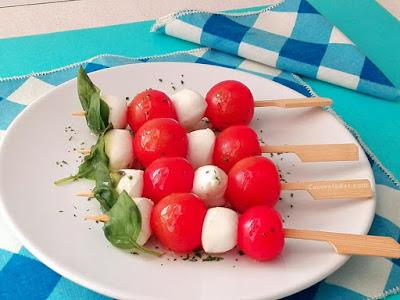 Brochetas de tomate, mozzarella y albahaca