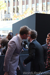 Paul Bettany and Chris Hardwick having a chat on the red and blue carpet