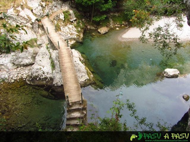 Puente la Vieya sobre el Río Cares desde arriba